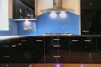 Стекло на стене кухни над рабочим пространством столещницы, раковины, и плмитки.