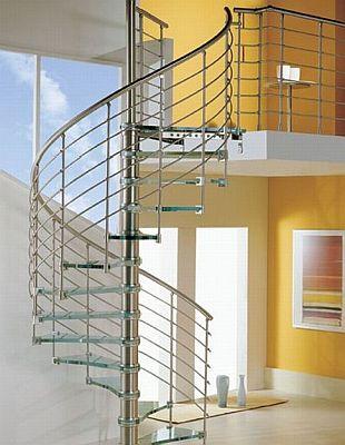 Лестница с стеклянными ступеньками и железными перилами