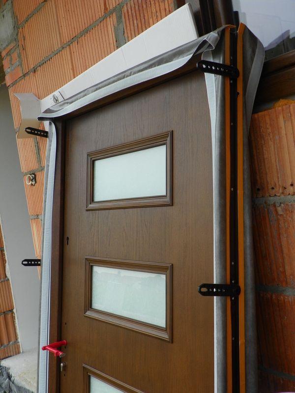 Правильно прикрученные крепления на дверную коробку