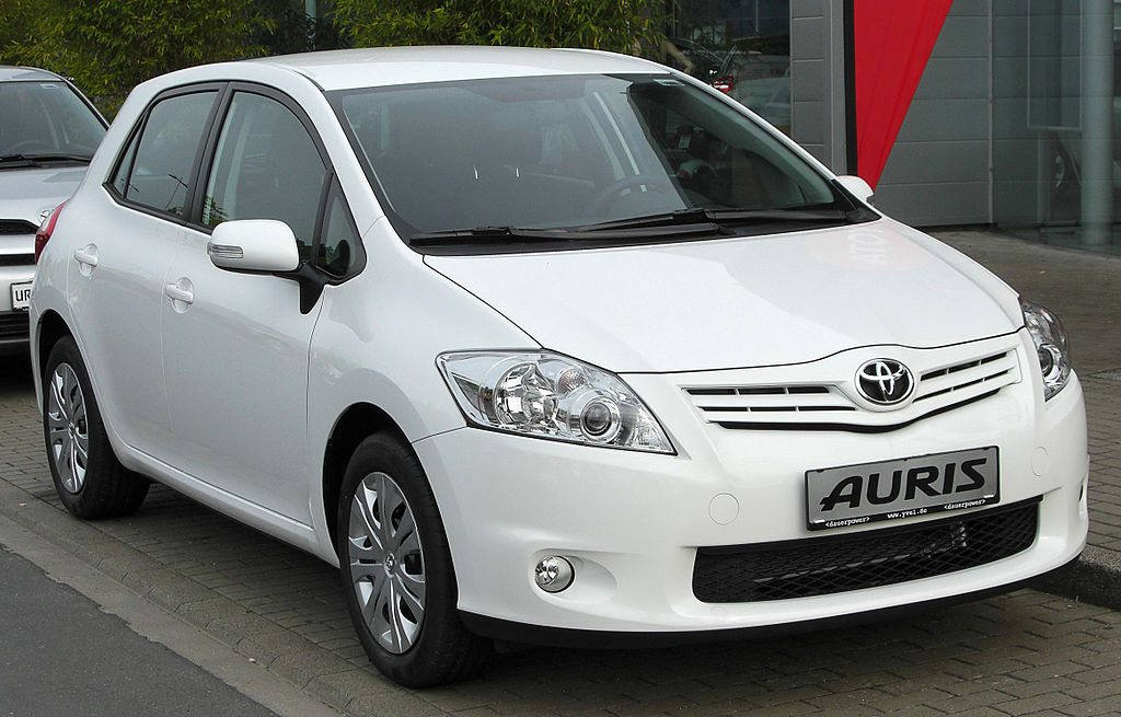1024px-Toyota_Auris_Facelift_front_20100529