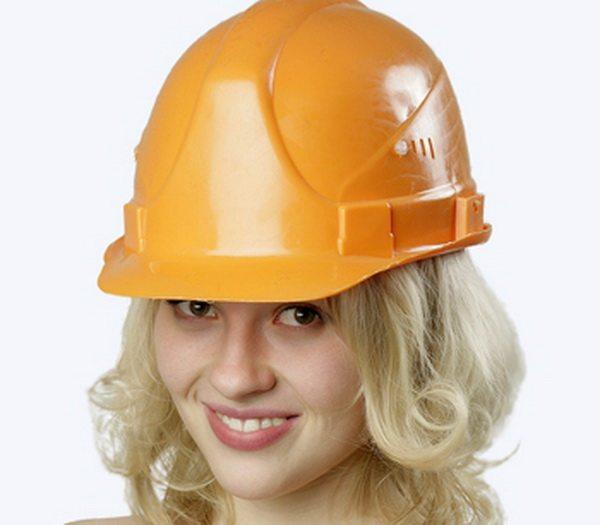 Что означают цвета защитных касок на строительной площадке?