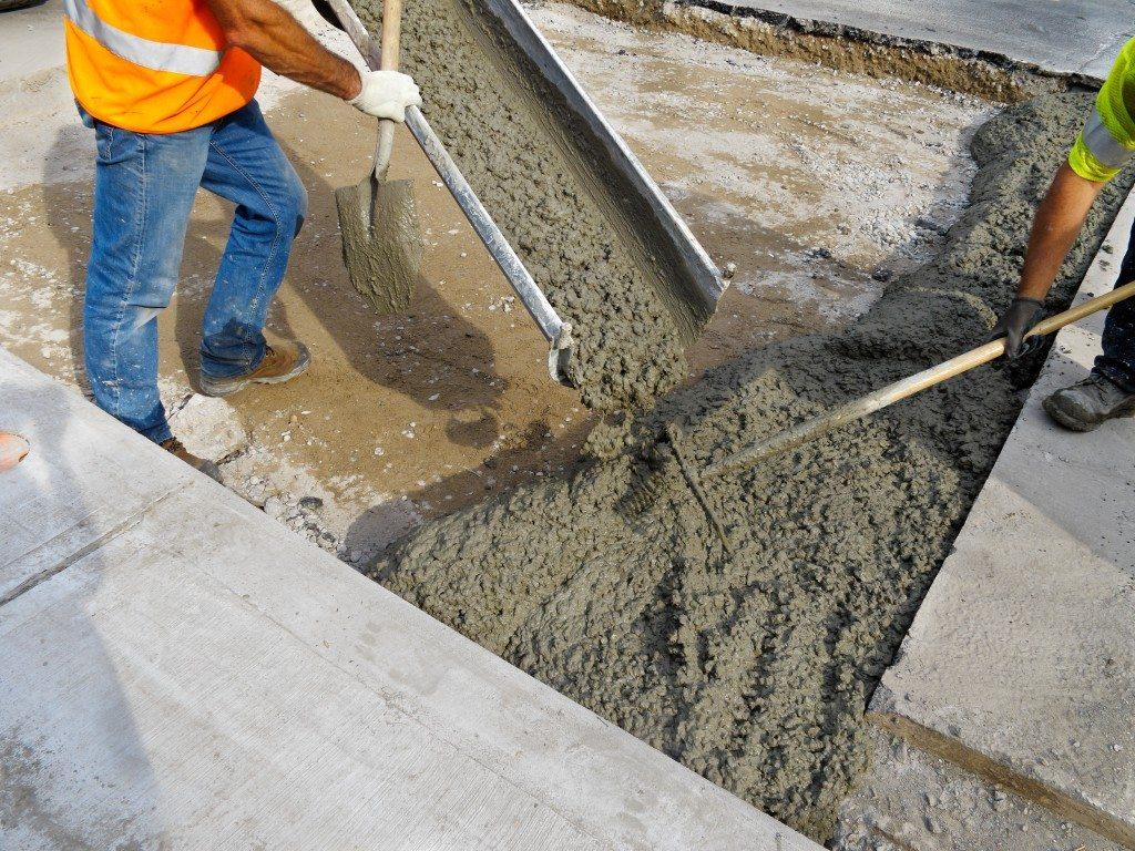 разлив бетона на стройплощадке