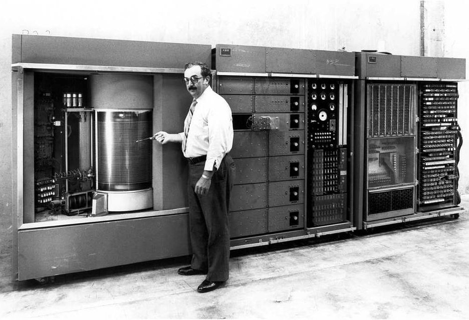 Дисковод IBM 350 состоял из 50 пластин диаметром 24 дюйма - все имело невероятную емкость 5 МБ