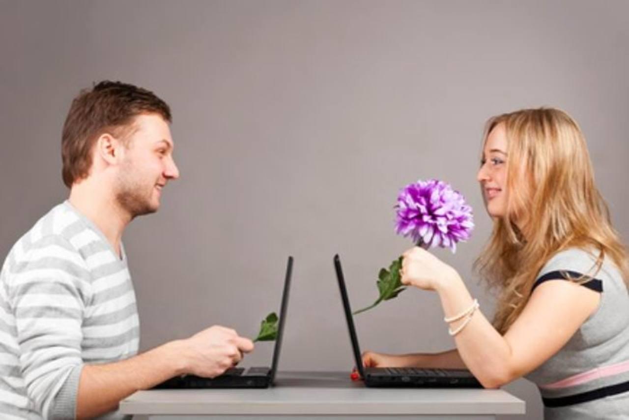 Молодая пара за ноутбуком