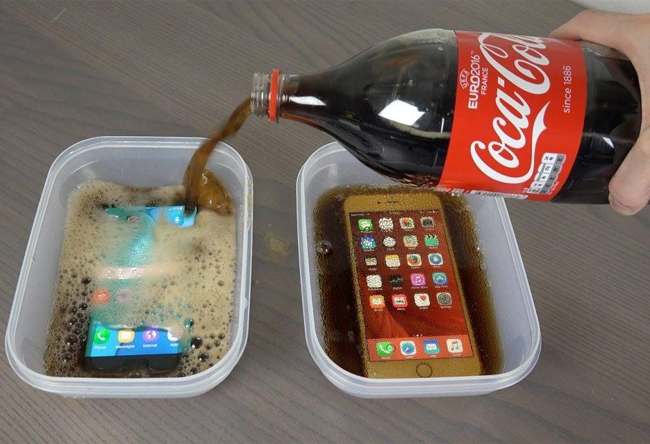 погружение флагманских смартфонов в кока-колу