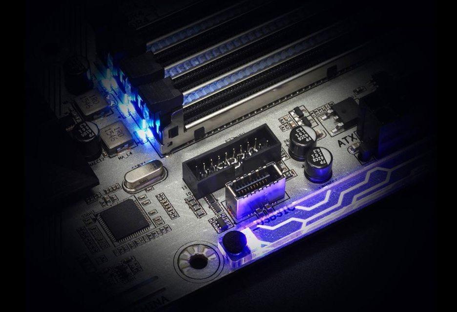 Под разъемом для вывода портов USB 3.0 (черный) находится чуть меньшего размера, для вывода портов USB 3.1 (серебряный)