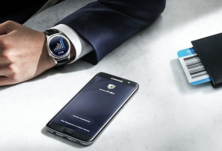 smartfon-samsung-na-stole