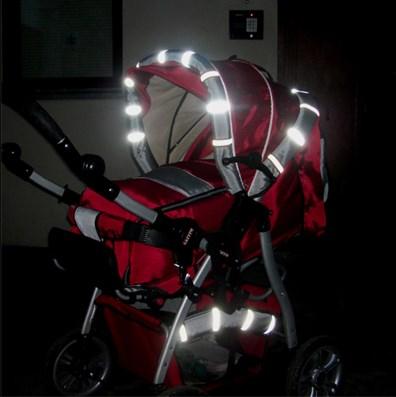 3 вещи, которые нужно взять с собой выходя с младенцем на осеннюю прогулку. Световые отражатели на коляске