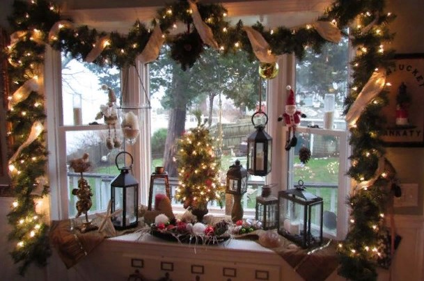 окно в комнате ребенка на рождество