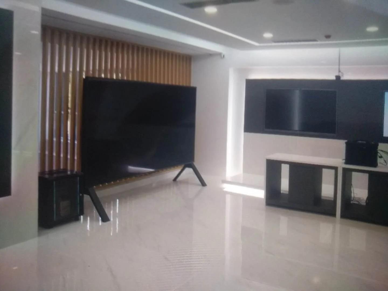 120-дюймовый телевизор 8K со 120-герцовым экраном.