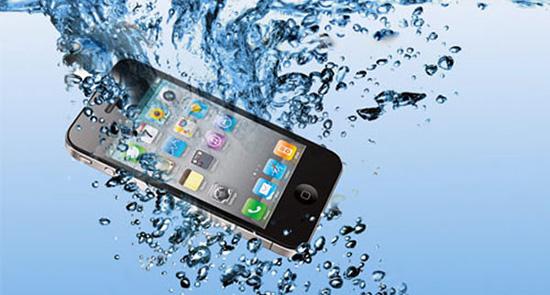 Что делать, если телефон упал в воду? Пять полезных советов